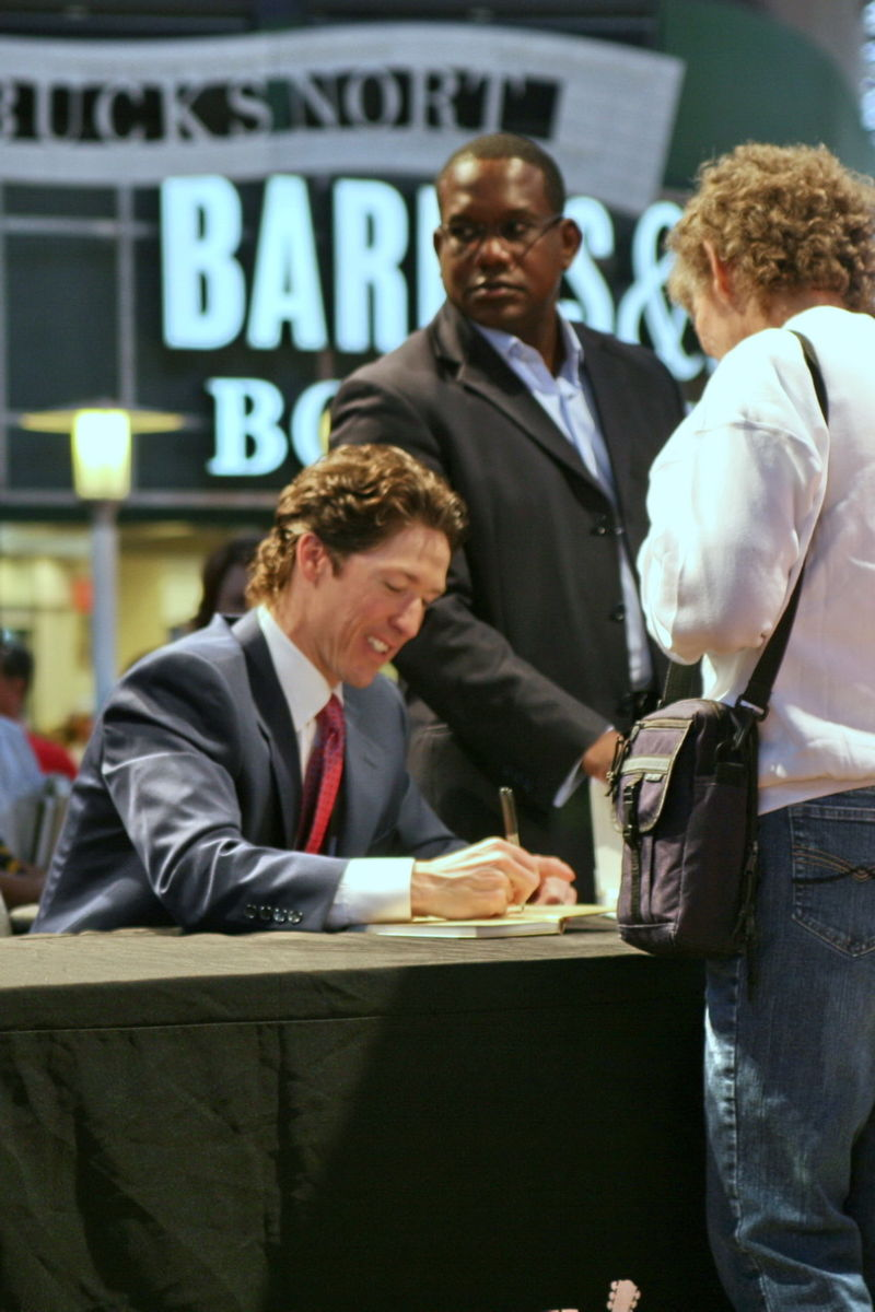 800px-Joel_Osteen_at_book_signing_in_Nashville,_May_2007