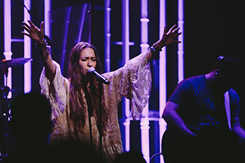 Lauren_Daigle_leading_at_NPM_TLR,_2015